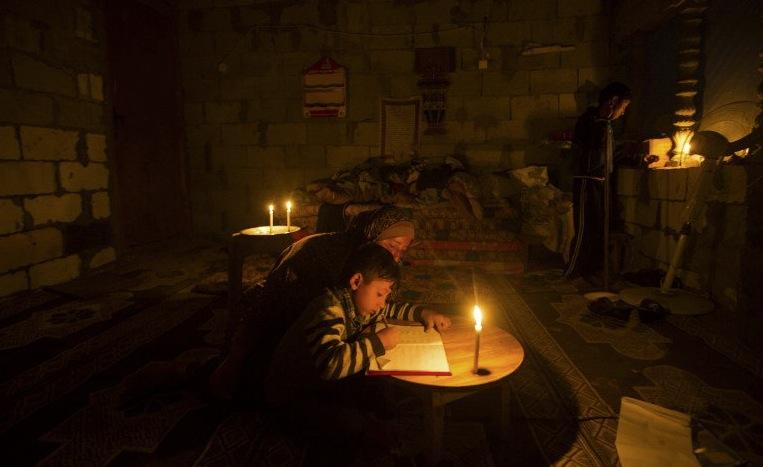 Gaza Schularbeiten bei Kerzenlicht