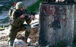 IDF Soldat zielt mit Gewehr südlich von Nablus Hawwara