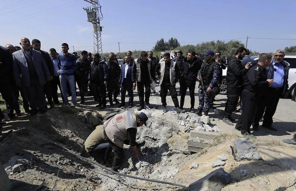 Bombenkrater neben Straße in Gaza nach Anschlag