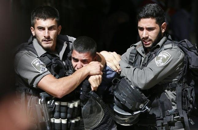 Grenzpolizisten verhaften jungen Palästinenser in choke hold