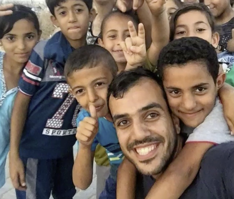 Yaser Murtaja with smiling kids 02