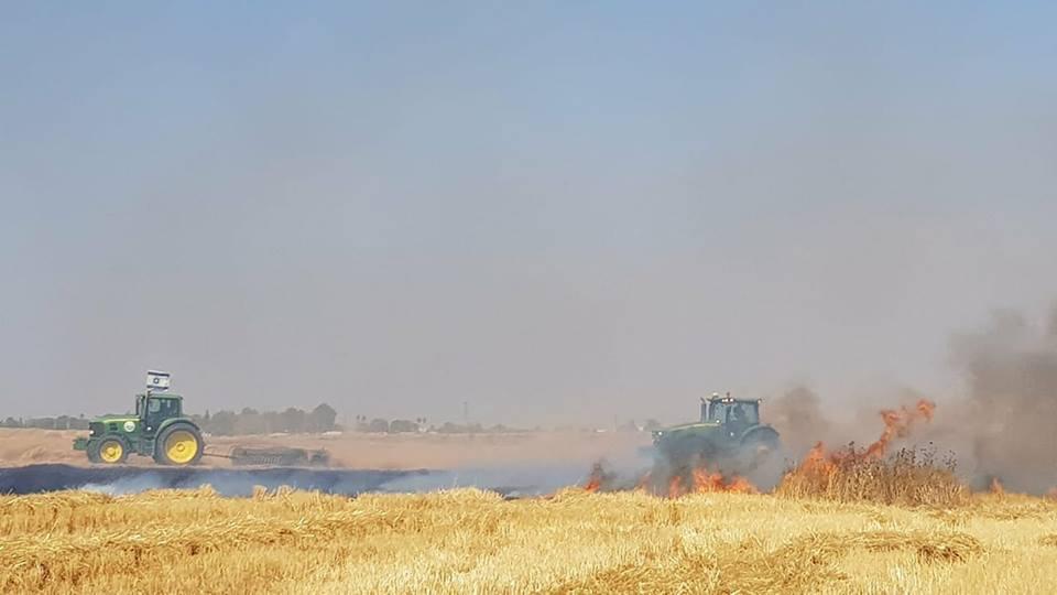 Brennende Felder Traktoren