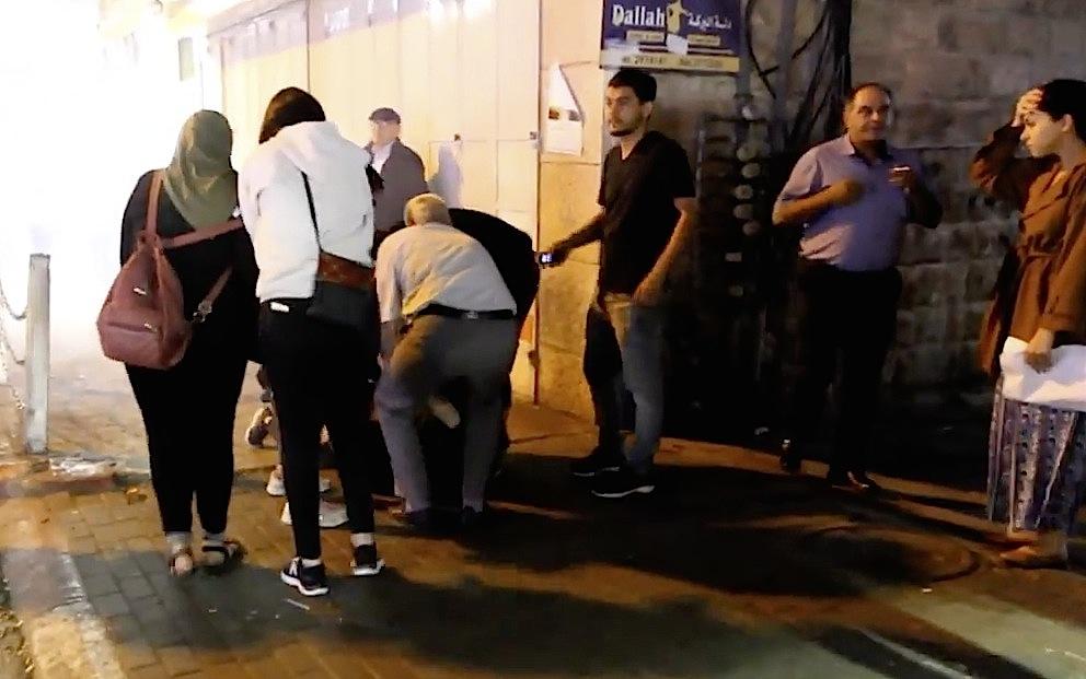 Passanten helfen einem Demonstranten, der verletzt wurde