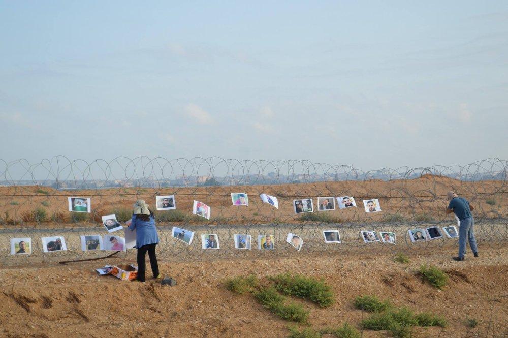 Protester hängen Fotos Getöteter an Stacheldrahtzaun